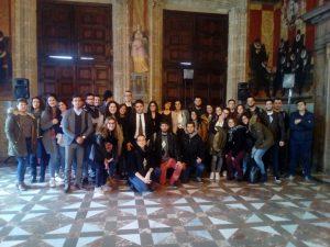 Estudiantes de Ciencias Políticas y Gestión Pública en el Palau de la Generalitat